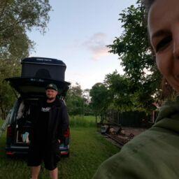 Zeigt einen Caddy Maxi Camper mit Dachzelt